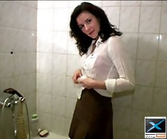Dark-haired starlet tinkling in the bath on video