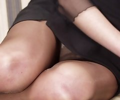 Hot babes' upskirt easily seen when they get on hunkers